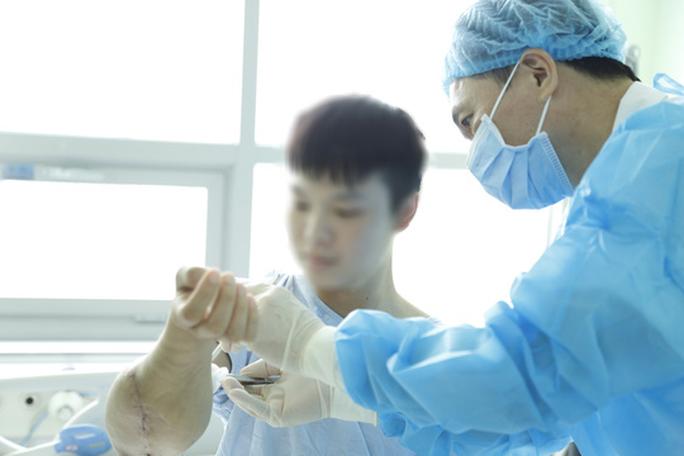 Thanh niên được ghép 2 tay và 5 người ghép tạng từ người hiến chết não - Ảnh 3.