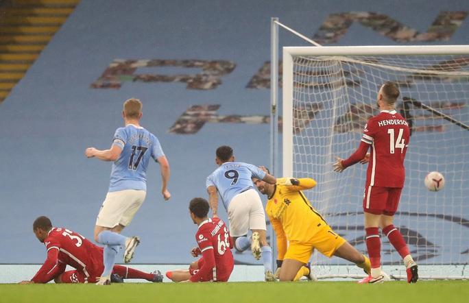 Man City mất điểm đại chiến, Liverpool văng ngôi đầu Ngoại hạng - Ảnh 1.
