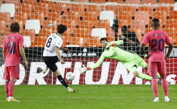 Real Madrid thấm đòn VAR, thảm bại với hat-trick phạt đền - Ảnh 4.