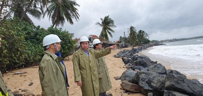 Phú Yên: Di dời khẩn hơn 4.000 người từ các lồng bè hải sản vào bờ trước bão số 12 - Ảnh 2.