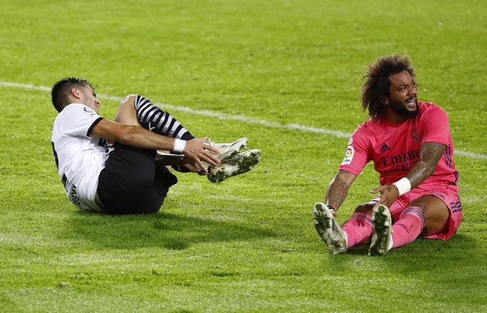 Real Madrid thấm đòn VAR, thảm bại với hat-trick phạt đền - Ảnh 6.