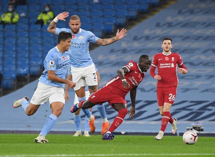 Man City mất điểm đại chiến, Liverpool văng ngôi đầu Ngoại hạng - Ảnh 2.