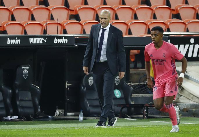 Real Madrid thấm đòn VAR, thảm bại với hat-trick phạt đền - Ảnh 2.