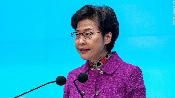 Tình thế trớ trêu của đặc khu trưởng Hồng Kông - Ảnh 1.