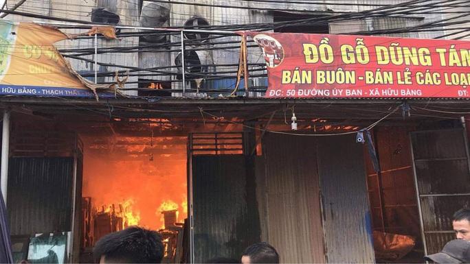 CLIP: Cháy lớn tại làng nghề mộc, nhiều nhà xung quanh gặp nạn - Ảnh 2.
