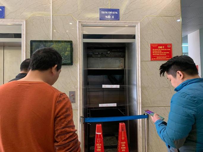 Thông tin bất ngờ vụ thang máy rơi tự do khiến nhiều người bị thương - Ảnh 2.