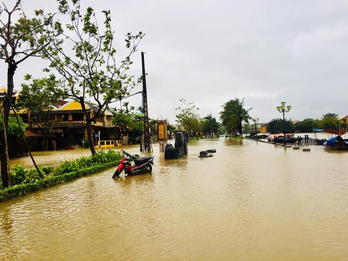Mưa lớn, thủy điện xả lũ, nhiều nơi ở Quảng Nam ngập lụt - Ảnh 8.