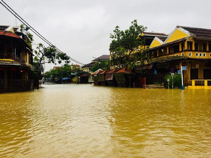 Mưa lớn, thủy điện xả lũ, nhiều nơi ở Quảng Nam ngập lụt - Ảnh 10.
