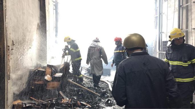 CLIP: Cháy lớn tại làng nghề mộc, nhiều nhà xung quanh gặp nạn - Ảnh 3.
