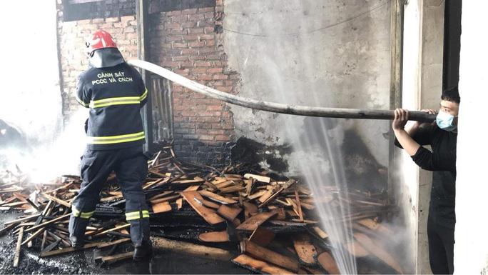 CLIP: Cháy lớn tại làng nghề mộc, nhiều nhà xung quanh gặp nạn - Ảnh 4.
