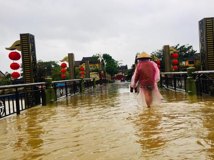 Mưa lớn, thủy điện xả lũ, nhiều nơi ở Quảng Nam ngập lụt - Ảnh 9.
