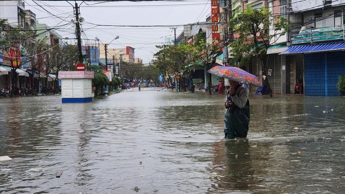 Mưa lớn, thủy điện xả lũ, nhiều nơi ở Quảng Nam ngập lụt - Ảnh 4.