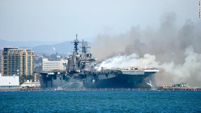 Hải quân Mỹ dỡ bỏ tàu chiến USS Bonhomme Richard sau vụ cháy lớn - Ảnh 1.