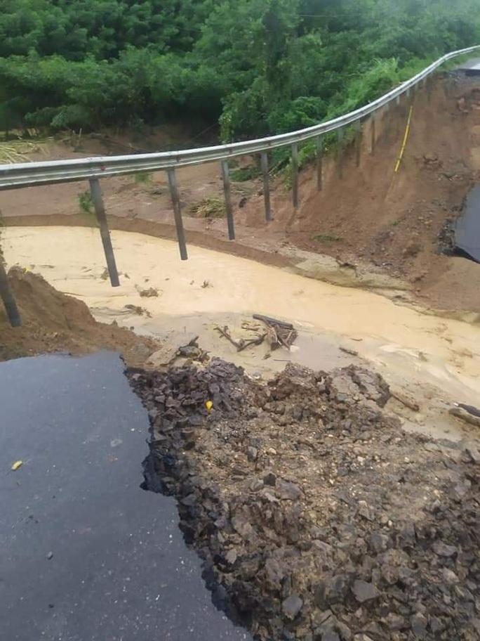 CLIP: Quốc lộ 26 sụp đổ kinh hoàng, đường thành vực sâu - Ảnh 3.