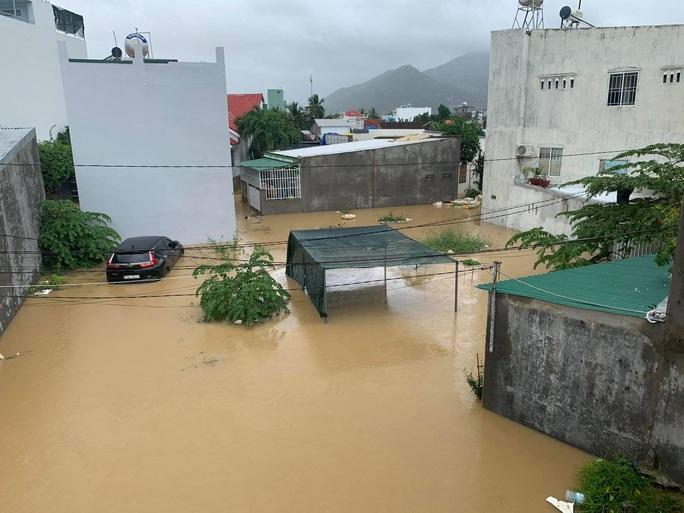 Clip: Nước lũ bao vây TP Nha Trang - Ảnh 2.
