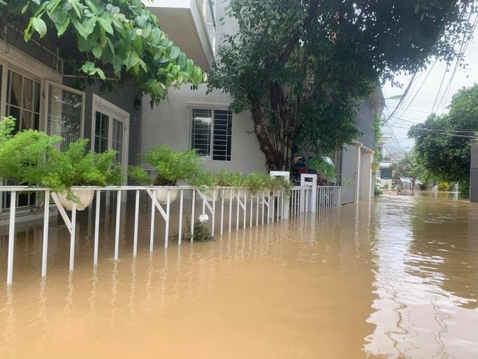 Clip: Nước lũ bao vây TP Nha Trang - Ảnh 9.
