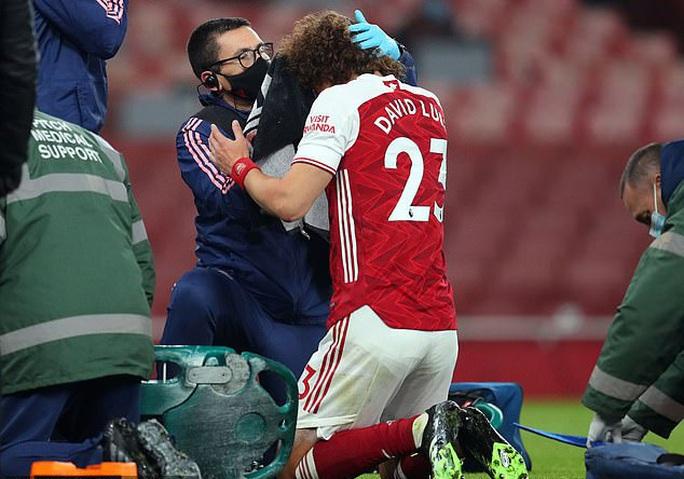 Không chiến kinh hoàng, sao Wolves nứt hộp sọ, David Luiz khâu đầu 7 mũi - Ảnh 4.