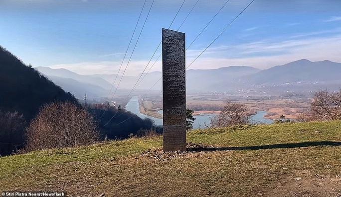 Cột kim loại bí ẩn bốc hơi khỏi sa mạc Mỹ, xuất hiện gần pháo đài Romania - Ảnh 1.