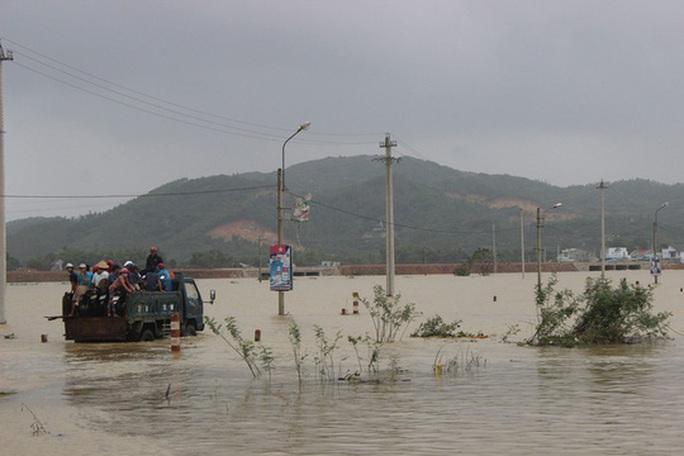 Quảng Ngãi và Bình Định: Sạt lở kinh hoàng, nhiều nơi bị chia cắt - Ảnh 4.