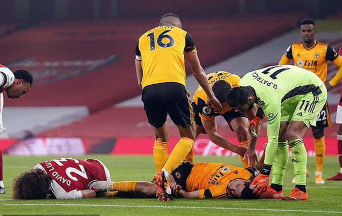 Không chiến kinh hoàng, sao Wolves nứt hộp sọ, David Luiz khâu đầu 7 mũi - Ảnh 2.