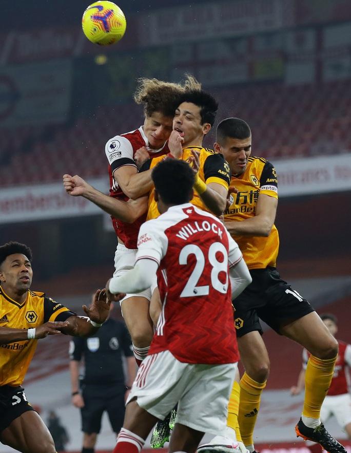 Không chiến kinh hoàng, sao Wolves nứt hộp sọ, David Luiz khâu đầu 7 mũi - Ảnh 1.
