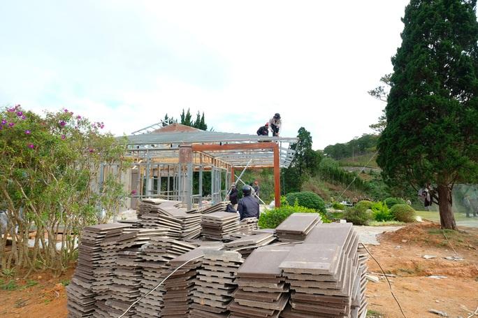 Bắt đầu cưỡng chế tháo dỡ làng biệt thự trái phép cạnh hồ Tuyền Lâm - Đà Lạt - Ảnh 1.
