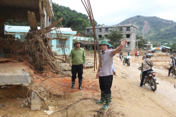 Vượt núi vào 2 xã bị cô lập, Chủ tịch Quảng Nam ban hành tình huống khẩn cấp - Ảnh 6.