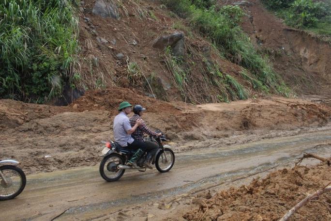 Vượt núi vào 2 xã bị cô lập, Chủ tịch Quảng Nam ban hành tình huống khẩn cấp - Ảnh 1.