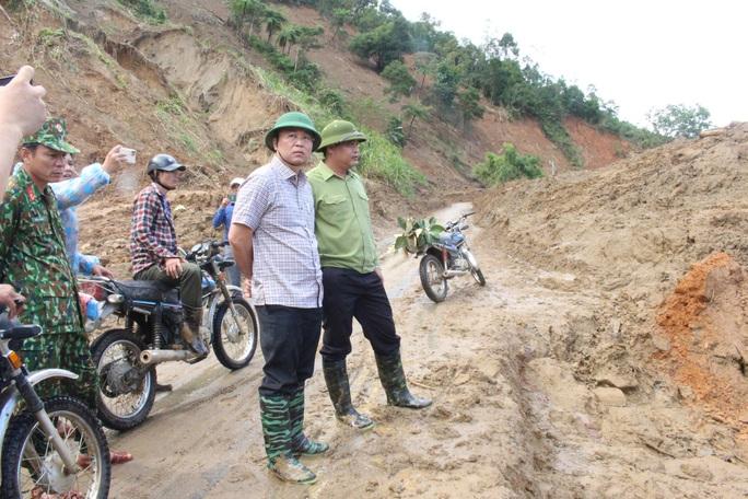 Vượt núi vào 2 xã bị cô lập, Chủ tịch Quảng Nam ban hành tình huống khẩn cấp - Ảnh 3.