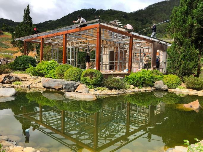 Bắt đầu cưỡng chế tháo dỡ làng biệt thự trái phép cạnh hồ Tuyền Lâm - Đà Lạt - Ảnh 3.