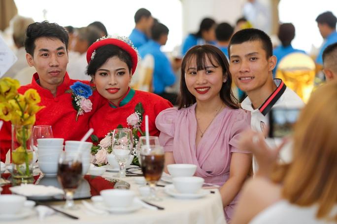 Xúc động lễ cưới tập thể dành cho công nhân khó khăn - Ảnh 6.