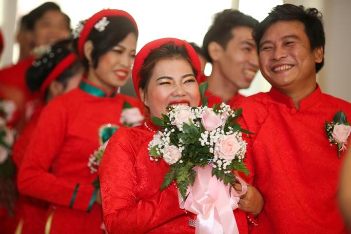 Xúc động lễ cưới tập thể dành cho công nhân khó khăn - Ảnh 3.