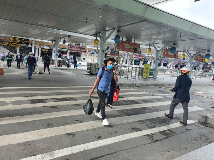 Tạm dừng hoạt động một hãng xe do chèo kéo khách ở sân bay Tân Sơn Nhất - Ảnh 1.