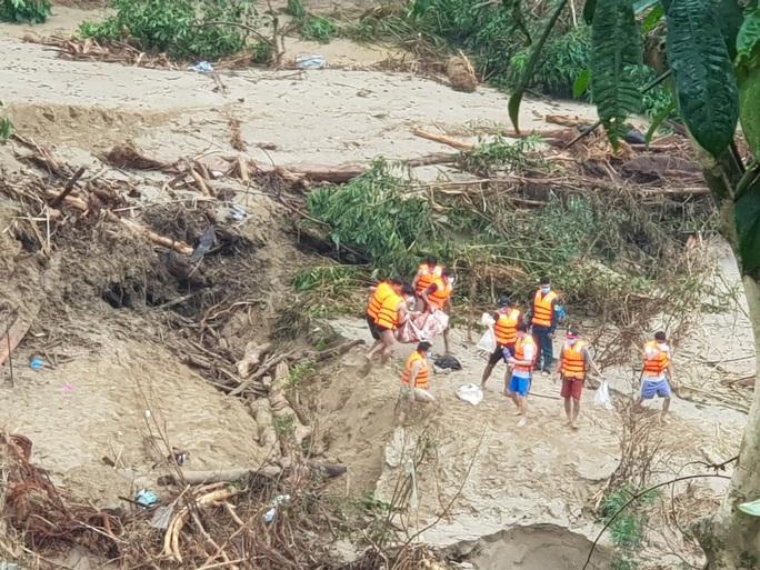 Phát hiện bộ xương người nghi nạn nhân sạt lở núi ở Quảng Nam - Ảnh 1.