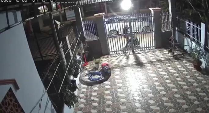 Truy tìm nhóm người bí ẩn đi xe 7 chỗ rình rập ở Bình Phước - Ảnh 1.