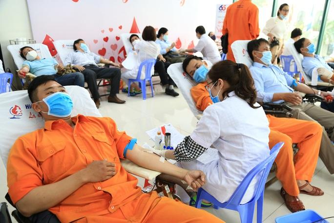 Hơn 450 cán bộ, công nhân viên EVNCPC hiến máu cứu người - Ảnh 2.