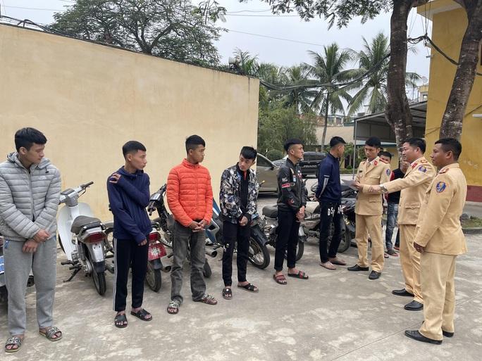 Triệu tập hàng chục thanh niên đi xe máy bốc đầu ở Sầm Sơn - Ảnh 3.