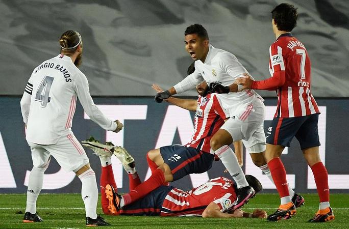Thủ môn ghi bàn bằng lưng, Real Madrid hạ Atletico trận derby thủ đô thứ 226 - Ảnh 3.