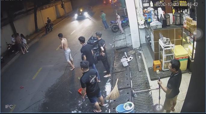 CLIP: Nam thanh niên đánh dã man cô gái và dọa chém người can ngăn ở TP HCM - Ảnh 2.