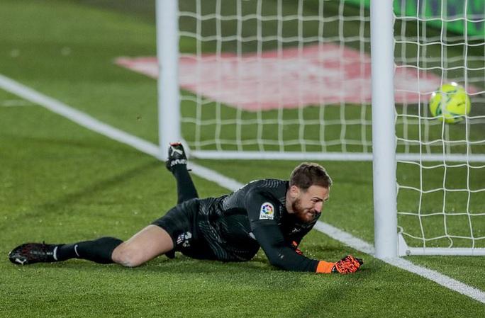 Thủ môn ghi bàn bằng lưng, Real Madrid hạ Atletico trận derby thủ đô thứ 226 - Ảnh 1.