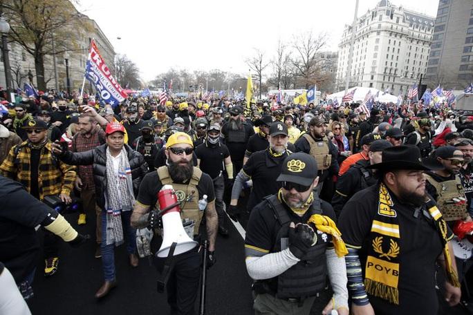 Hàng ngàn người tuần hành ủng hộ Tổng thống Trump - Ảnh 1.