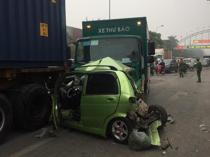 Xe thư báo tông liên hoàn nhiều ôtô dừng đèn đỏ, 1 nữ tài xế gặp nạn - Ảnh 1.