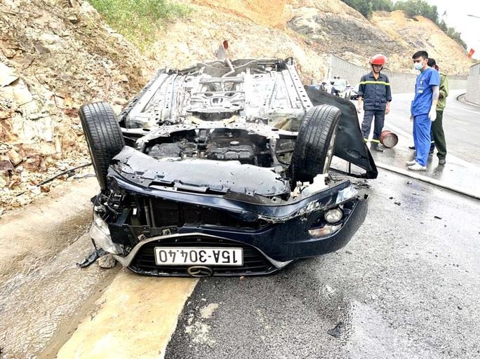 Ôtô đi Yên Tử tông vách núi bốc cháy, 3 người thương vong - Ảnh 2.