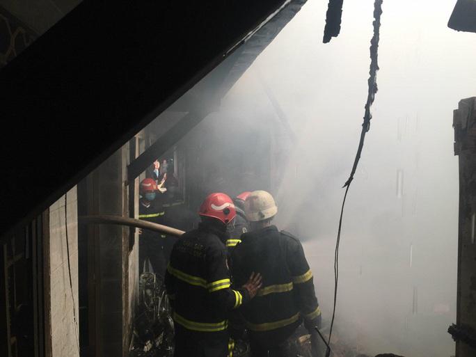 CLIP: Cháy ở hẻm 416 Nguyễn Đình Chiểu, quận 3, TP HCM - Ảnh 6.