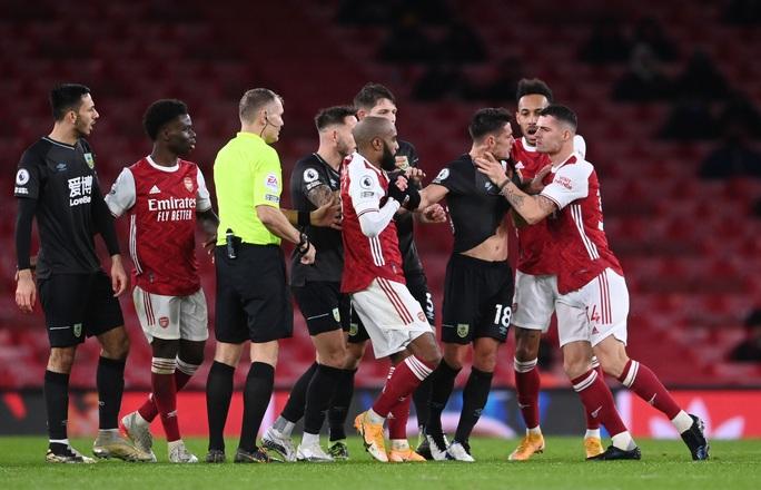 Aubameyang phản lưới nhà, Arsenal nhận 3 trận thua liên tiếp - Ảnh 4.