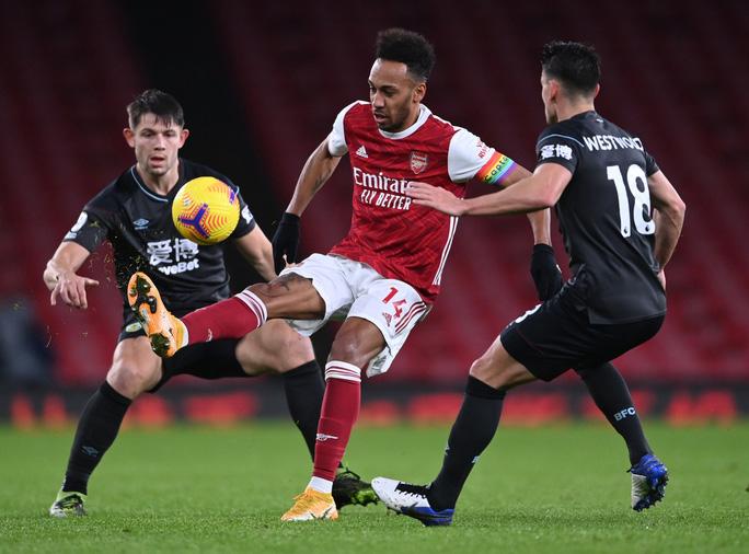 Aubameyang phản lưới nhà, Arsenal nhận 3 trận thua liên tiếp - Ảnh 1.