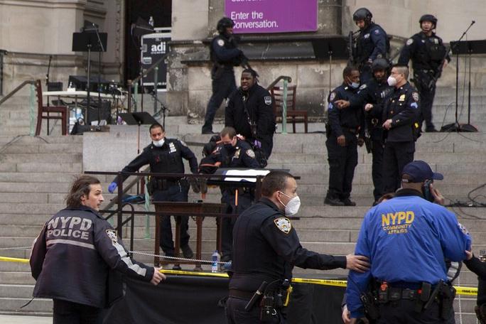 Cảnh sát Mỹ bắn chết nghi phạm xả súng nhà thờ - Ảnh 1.