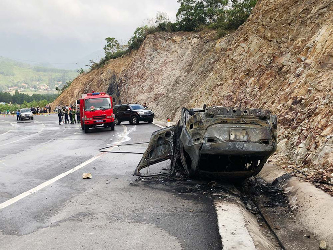 Ôtô đi Yên Tử tông vách núi bốc cháy, 3 người thương vong - Ảnh 1.