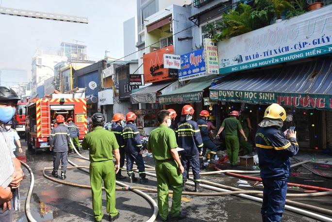CLIP: Cháy ở hẻm 416 Nguyễn Đình Chiểu, quận 3, TP HCM - Ảnh 3.
