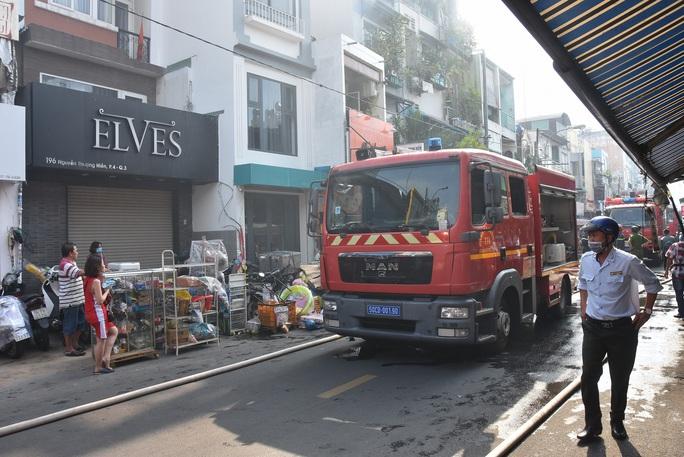 CLIP: Cháy ở hẻm 416 Nguyễn Đình Chiểu, quận 3, TP HCM - Ảnh 4.